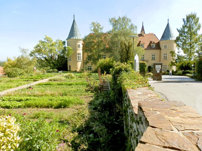 Schloss St. Martin, Schulgarten und Einfahrt, Foto (C) Irmgard Brottrager