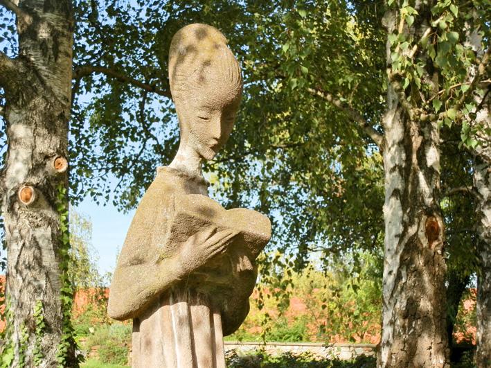 Mädchen-Skulptur im Park, Foto (C) Irmgard Brottrager