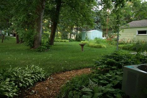 """Amerikanischer """"Back Yard"""": ein pflegeleichter Naturgarten mit schattigen Bäumen und Platz für die nächste Barbecue Party"""