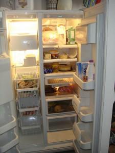 """""""Typisch"""" amerikanischer Kühlschrank als zentraler Fokuspunkt in einer großräumigen Wohnküche"""