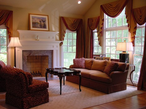 Modernes Wohnzimmer in einem amerikanischen Landhaus, traditionell eingerichtet