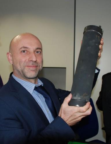"""Der italienische Blogger Daniele Passerini mit LENR-Reaktor """"Hot Cat"""" nach der E-Cat-Konferenz in Pordenone"""