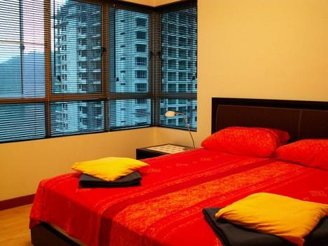 Zu viel Rot im Schlafzimmer gilt es zu vermeiden, denn rote Farbtöne erzeugen viel Yang-Energie, die einem ruhigen Schlaf nicht unbedingt förderlich ist