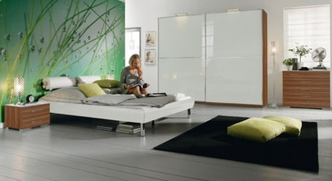 Eine feste Wand im Rücken, reduziertes Interieur und eine beruhigende farbliche Gestaltung sind eine entscheidende Voraussetzung für gutes Feng Shui im Schlafzimmer