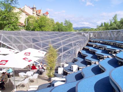 Die Wellenlinien auf der Mur-Insel in Graz haben die typisch fließenden Vorfrühlings-Qualitäten. Foto (C) Irmgard Brottrager