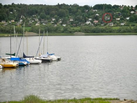 Das Haus liegt in einer attraktiven Lage am See.
