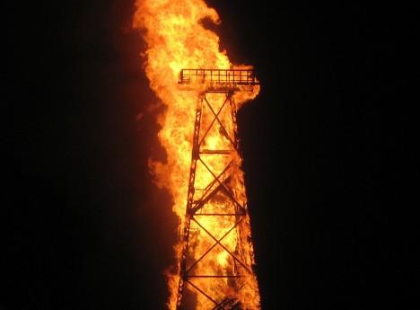 Brennender Ölförderturm: Symbol für den beginnenden Niedergang?