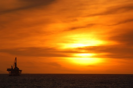 Good Night BIG OIL - Ölplattform im Sonnenuntergang