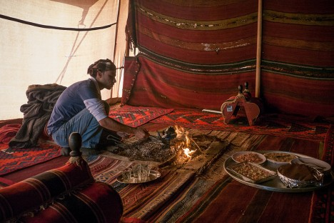 Beduinenzelt in Jordanien: Rot- und Brauntöne strahlen viel Behaglichkeit aus
