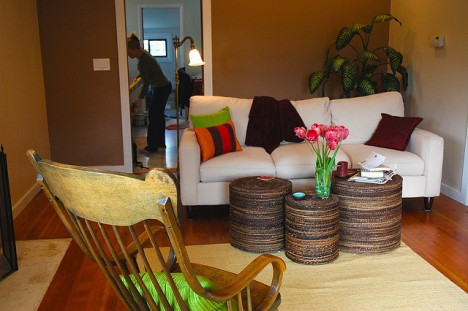 Kleine Räume wirken größer, wenn sie nur wenige flache Möbelstücke in heller Farbe enthalten