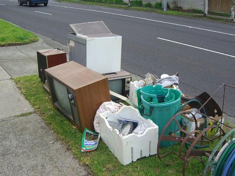 So nicht! Sperrmüll und alte Elektrogeräte unbedingt fachgerecht entsorgen (Foto: Alpha)