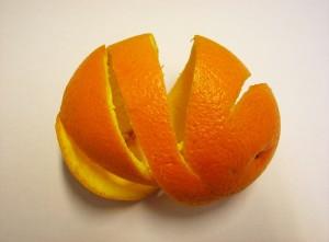 Orangenschale enthält viele Säuren, die sich zum Lösen von Schmutz und Kalk verwenden lassen