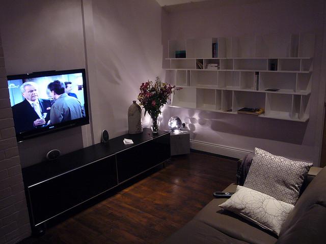 Wohnzimmer Mit Offenen Regalen: Häufiger Anzutreffen Bei Haushalten Mit  Höherem Einkommen