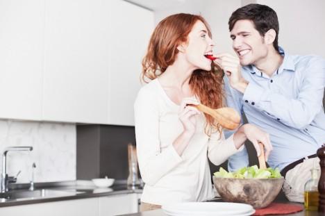 Liebe geht bekanntlich durch den Magen. Doch was hat die Lage der Küche in der Wohnung damit zu tun? Foto: istockphoto © Tempura.
