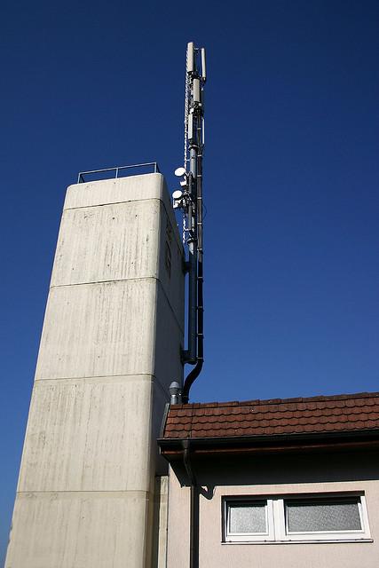 Mobilfunk-Sendeanlage auf einem Hausdach in Gundelfingen, Baden-Württemberg