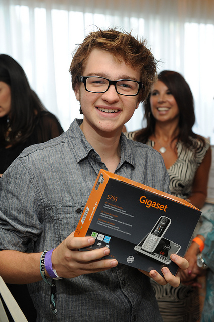 "Angus T. Jones von ""Two and a Half Men"" mit einem Siemens Gigaset S795"