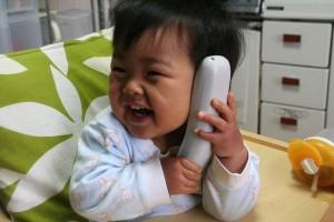 """Baby mit Schnurlostelefon: Ist das Gerät wirklich """"strahlungsarm""""? Genauer hinsehen lohnt sich!"""