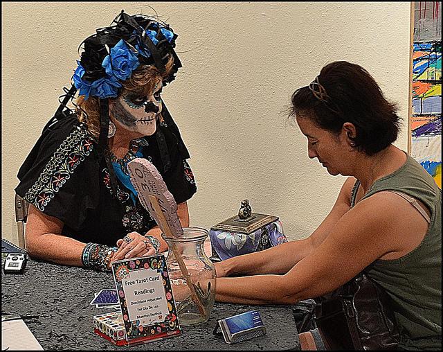 Okkulte Szene: Tarot Kartenlegerin mit einer Klientin in Corpus Christi, Texas