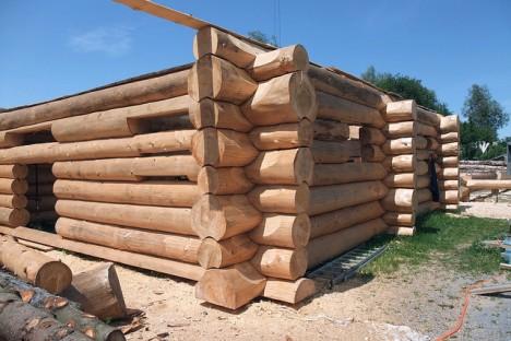 Uriges Blockhaus aus vollen Baumstämmen, Foto (C) Kecko