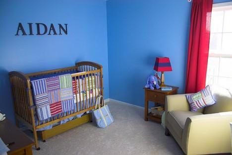 Blaue Wände müssen nicht kühl und abweisend wirken. Es gibt viele Möglichkeiten mit Blautönen verbindliche Herzlichkeit in einen Raum zu zaubern