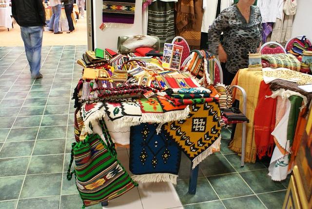 Textilien im Ethnostil finden sich heute auf jeder Einrichtungsmesse