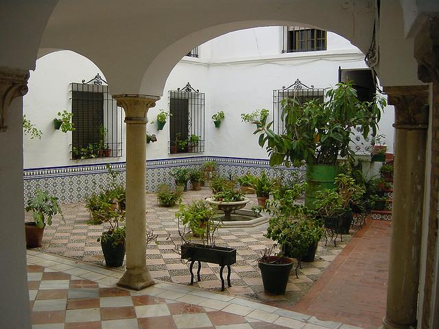atrium courtyard oder innenhof das ganz private freiluft zimmer mitten im haus. Black Bedroom Furniture Sets. Home Design Ideas