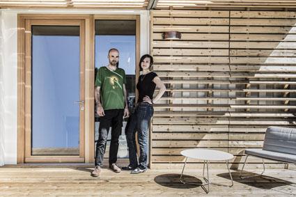 """""""containme"""", das Architekten-Duo vor dem Prototyp in Graz, Foto ©Tamara Frisch"""