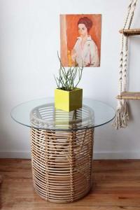 Einfacher Bambustisch mit Glasplatte