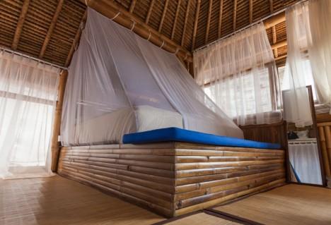 Bett aus Bambusholz: Durch eine spezielle Bindetechnik lassen sich die Bambusrohre gänzlich ohne Schrauben und Nägel miteinander verbinden