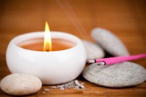 Raumdüfte können nach Feng Shui Kriterien ausgewählt werden. Ob Kerze, Räucherstäbchen oder Duftlampen - aus die Wandlungsphase kommt es an. Foto: istockphoto/©-Beboy_ltd.