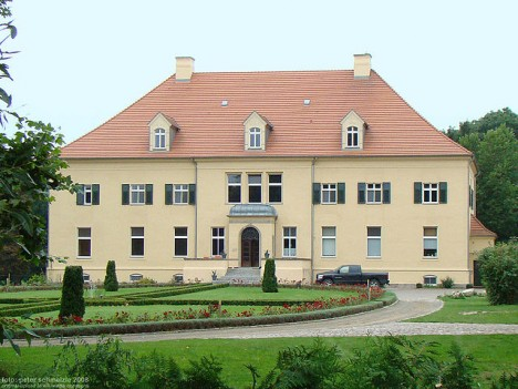 Ein Landhaus verfügte meistens über einen Eingang an der Frontseite. Foto: CC-BY-SA by Peter Schmelzle via Wikimedia Commons Grossgievietz-gutshaus