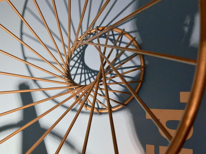 Hyperbolisches Paraboloid in Form einer Obstschale. Sie lässt sich sehr einfach aus geraden Stäben konstruieren. Foto (C) Irmgard Brottrager