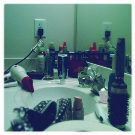 Chaos im Badezimmer: Oje - und über die Feiertage erwarten wir Gäste. Das muss alles noch in Ordnung gebracht werden
