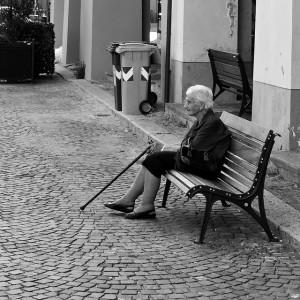 Frauen vertragen Einsamkeit häufig besser
