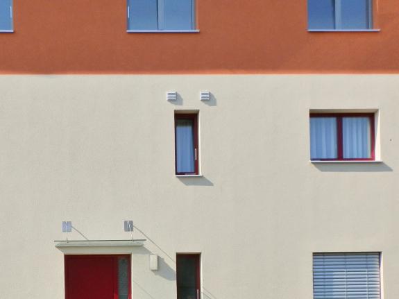 Fassade mit Wandlüftern, Foto (C) Irmgard Brottrager
