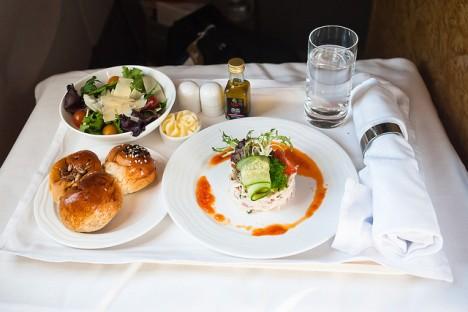 Das Mittagessen in einem 1. Klasse-Flug der Fluggesellschaft Emirates Airlines