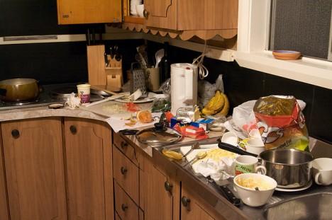 Wer seine Küche dauerhaft so hinterlässt, ein nicht nur ein Ordnungs- sondern vor allem auch ein Hygiene-Problem