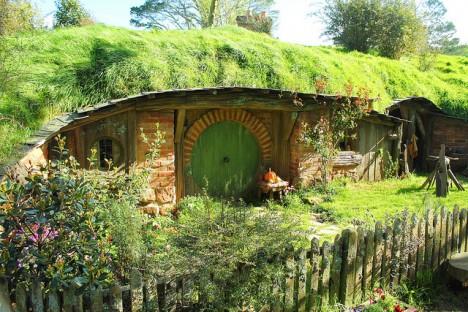 Idylle pur im Auenland: Vielleicht haben die Erdhügelhäuser der Hobbits einen Beitrag dazu geleistet, dass Wohnen unter der Erde populärer geworden