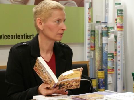 Die Autorin bei einer Präsentation in der Buchhandlung Leykam in Feldbach