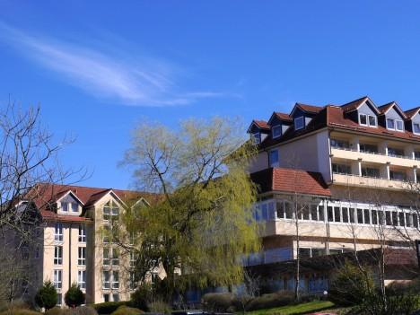Der Charme der achtziger Jahre gilt nur für die Fassade.  Foto: © Hedwig Seipel