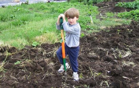 2. Schritt: Mit kindlicher Kreativität dem Garten Charakter verleihen