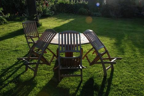 3. Schritt: Mit Gartenmöbeln Entspannungsoasen schaffen