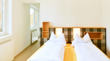 Schlafzimmer mit leicht schrägem Betthaupt, Gestaltung + Foto (C) Irmgard Brottrager
