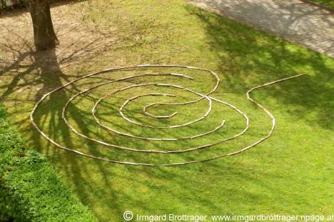 Geomantisches Symbol-Bild im Evangelischen Kirchhof Graz-Nord, Foto (C) Irmgard Brottrager