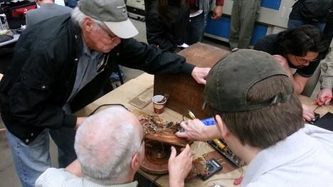 """Fachlicher Beistand bei der Reparatur eines kaputten Plattenspielers in einem """"Repair Cafe"""""""