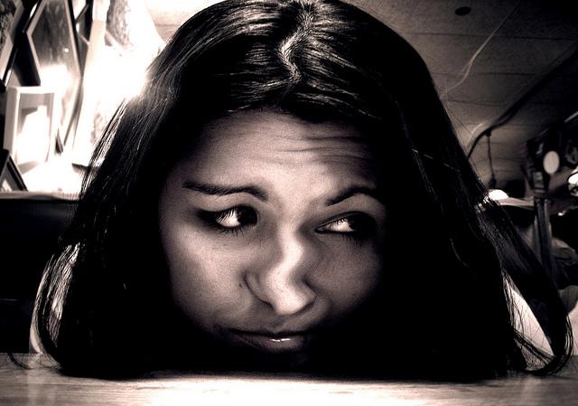 Verzerrtes Gesicht: Laut einer großangelegten Meta-Studie liegen die meisten Menschen bei der Selbsteinschätzung meist ziemlich daneben.