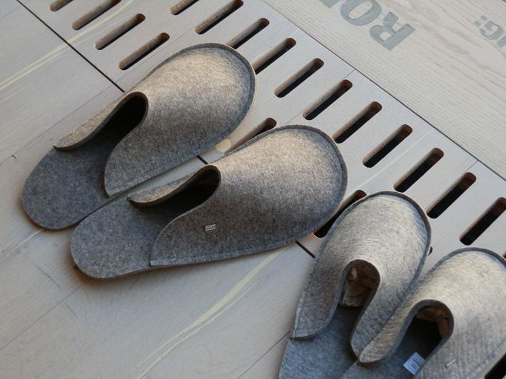 Klarheit muss man mögen! Schnörkellose Filzpantoffel, gesehen bei mafi in Graz. Foto (C) Irmgard Brottrager