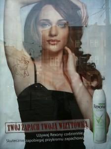 Deodorant-Werbung in einer Haltestelle des öffentlichen Nahverkehrs