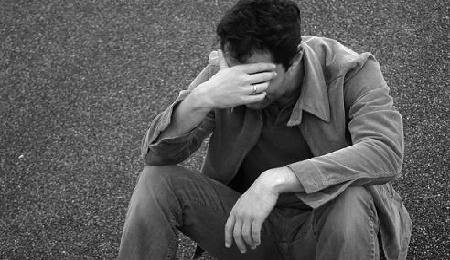 In der Öffentlichkeit ein seltenes Bild: weinender Mann