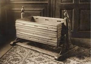 Eine Wiege hat schon immer gute Dienste geleistet. Foto: By William Edward Gray, photographer [Public domain], via Wikimedia Commons